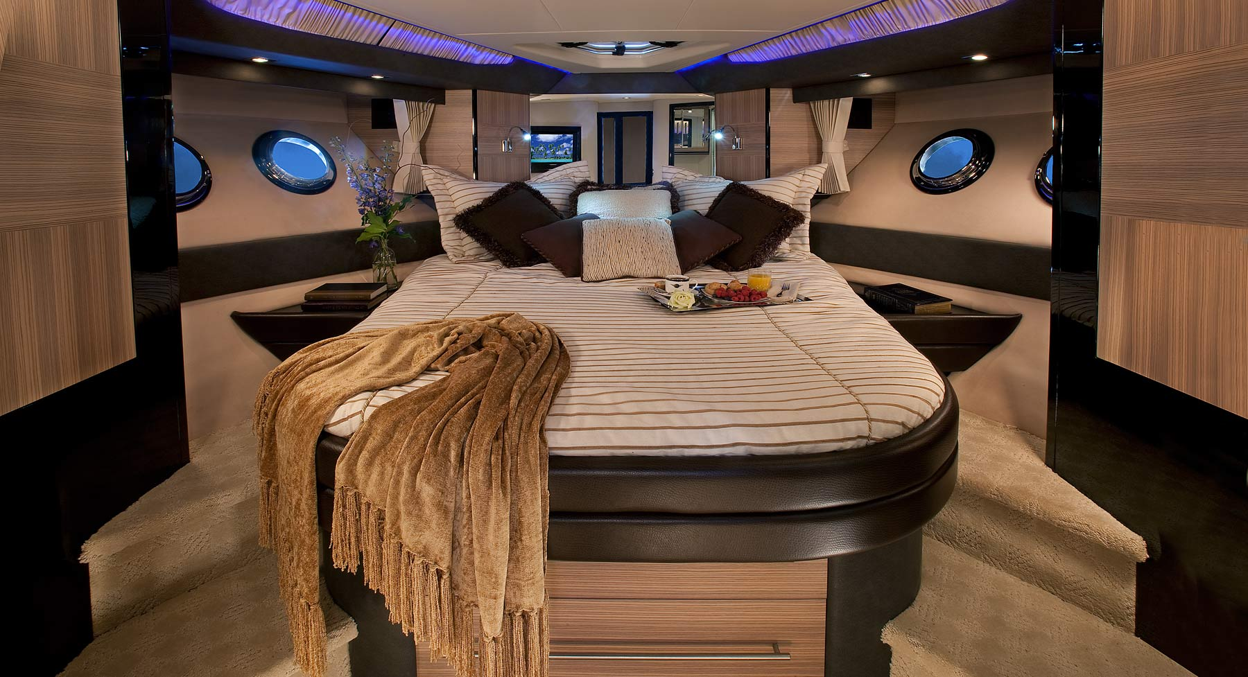 Marquis 500 Sport Coupe Master Stateroom