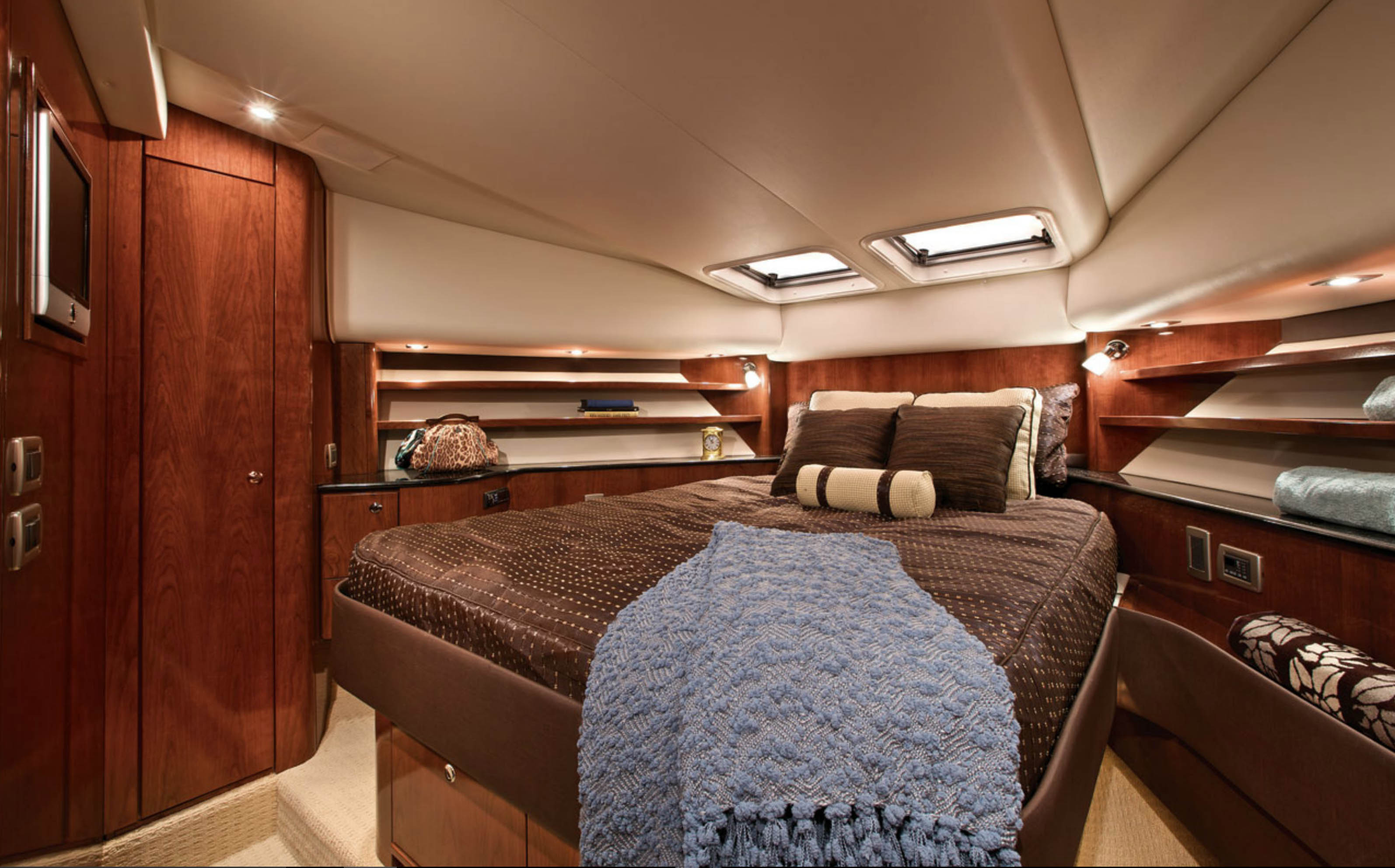 Meridian 580 Pilothouse VIP Stateroom