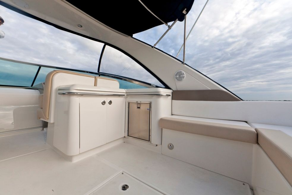 2015 Sea Ray 370 Venture Galley