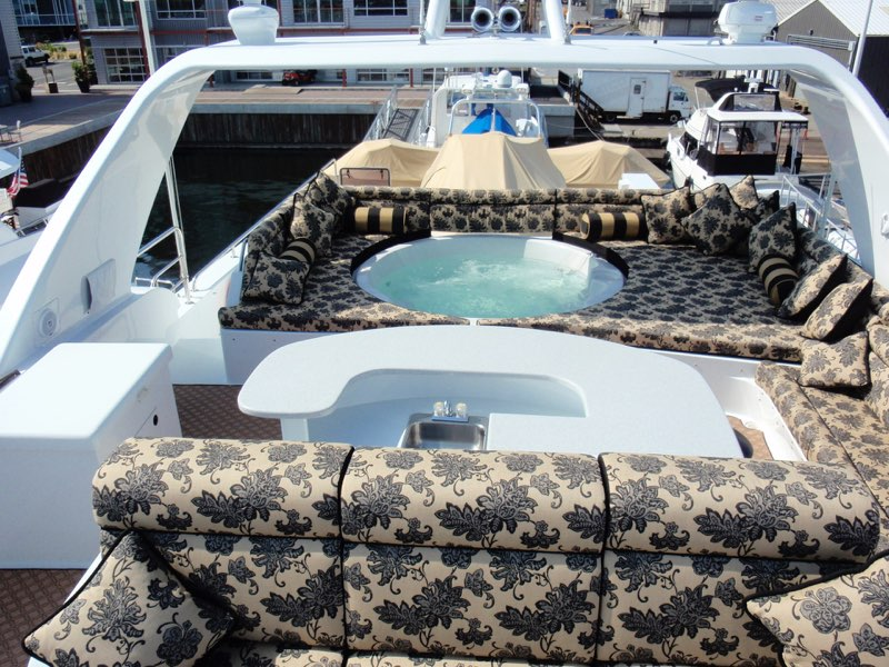 118 Westport Megayacht Top Jacuzzi